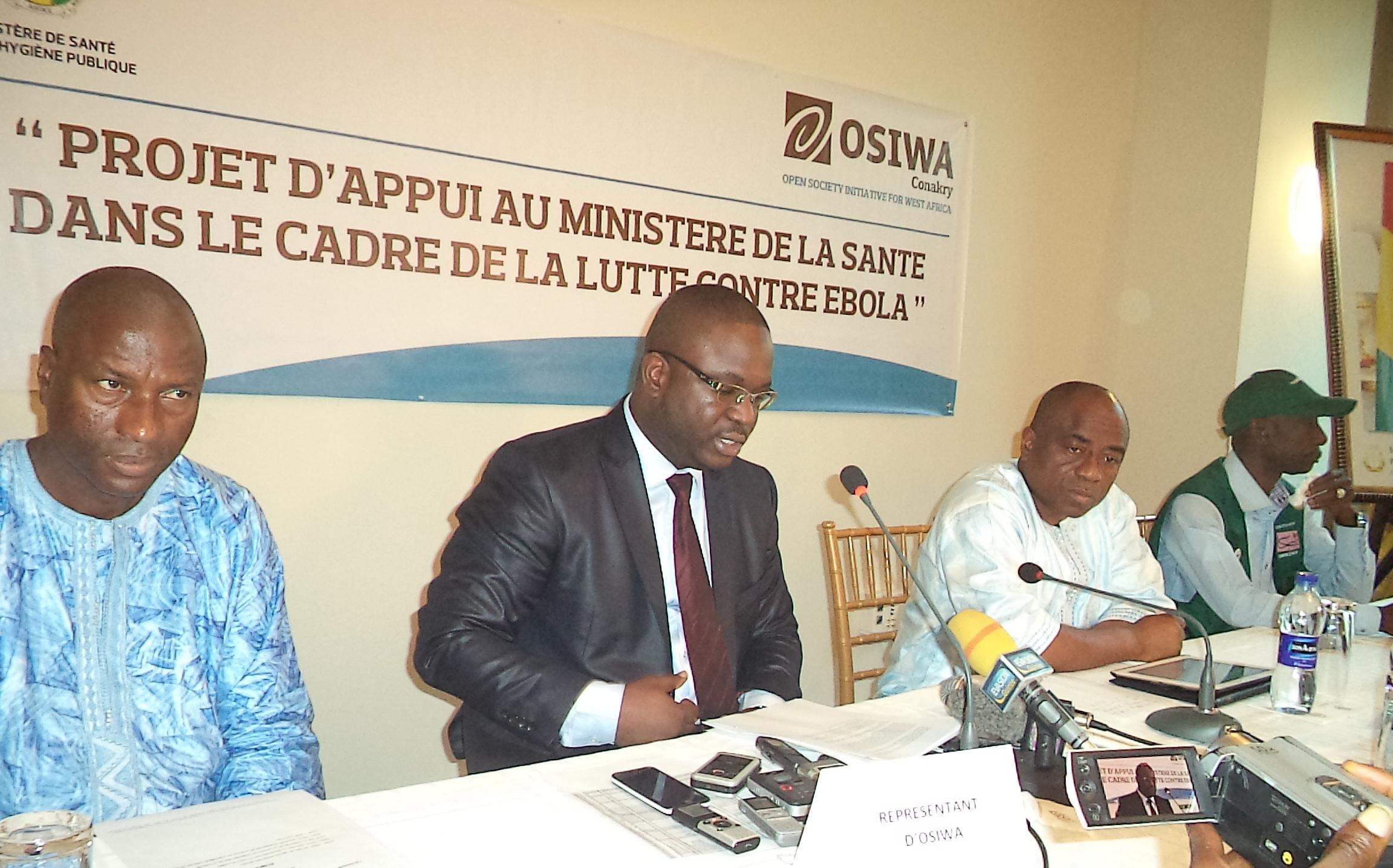 De gauche à droite, Abdourahmane Diallo, coordinateur OSIWA Guinée, Ibrahima NIANG, Représentant d'OSIWA-Guinée et Remy Lamah, Ministre de la santé